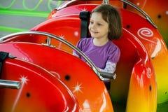 Équitation d'enfant sur des montagnes russes Photo stock