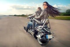Équitation d'homme et de femme de motard sur la moto Photos stock