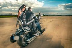 Équitation d'homme et de femme de motard sur la moto Photographie stock libre de droits
