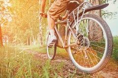 Équitation d'homme sur la bicyclette en parc d'été Photographie stock libre de droits