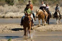 Équitation dans le désert photos stock