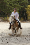 Équitation dans les dunes Images stock