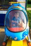 Équitation de bébé garçon dans un hélicoptère Photos libres de droits