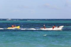 Équitation de bateau de banane à la plage de Bavaro dans Punta Cana, République Dominicaine  Photos libres de droits