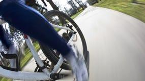 Équitation de bicyclette en stationnement de ville Image stock