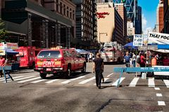 Équitation de camion de pompiers de New York City par la foule dans la 8ème avenue, Manhattan, New York City NY 08/04/2018 image libre de droits