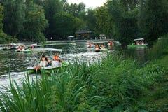 Équitation de catamaran dans le lac du parc de ville photographie stock