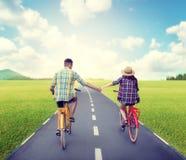 Équitation de couples d'amour sur des vélos de vintage Photos stock