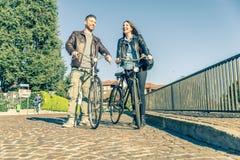 Équitation de couples sur des vélos Images libres de droits