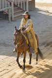 Équitation de cowboy dans la ville Photographie stock libre de droits