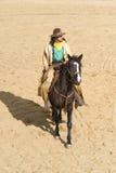 Équitation de cowboy dans la ville Image libre de droits