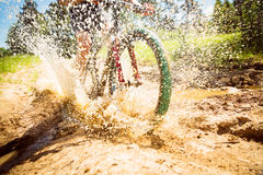 Équitation de cycliste de montagne par un magma sale Photos libres de droits