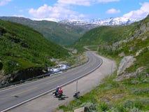 Équitation de cycliste de vélo de montagne vers le haut Photos stock