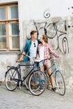 Équitation de déplacement heureuse de couples sur des bicyclettes Ami et girlfri Photo libre de droits