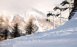 Équitation de famille dans Ski Lift à la pente photos stock