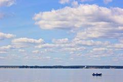 Équitation de famille dans un bateau sur la rivière Images stock