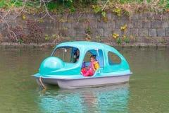 Équitation de famille sur le bateau de palette en parc de Tokyo Chidorigafuchi Sakura image stock