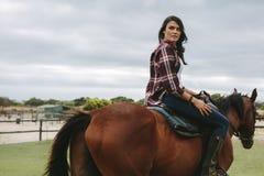 Équitation de femme à l'intérieur de ranch de corral photos libres de droits