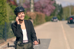 Équitation de femme d'affaires pour travailler faire une pause pour un appel Images stock