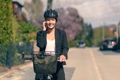 Équitation de femme d'affaires pour travailler faire une pause pour un appel Photos stock
