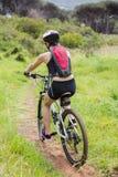 Équitation de femme son vélo Images stock