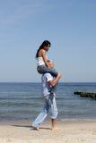 Équitation de femme sur les épaules de l'homme Photo stock