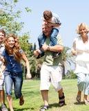 Équitation de fils sur des épaules de pères Image stock