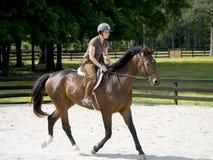 Équitation de horseback de jeunes femmes Photographie stock