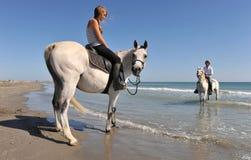 Équitation de Horseback sur la plage Images libres de droits