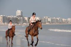 Équitation de Horseback sur la plage chez La Baule, France Photos stock