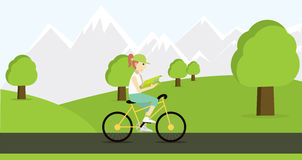 Équitation de jeune femme sur la bicyclette avec la carte Photo libre de droits