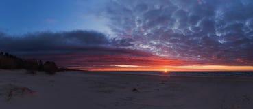 Équitation de kiter de fille sur un beau fond de jet et de coucher du soleil coloré Photos stock