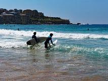 Équitation de panneau de ressac à la plage de Bondi, Sydney, Australie photos libres de droits