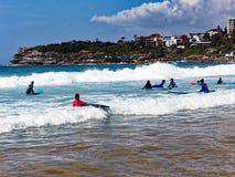 Équitation de panneau de ressac à la plage de Bondi, Sydney, Australie photo stock