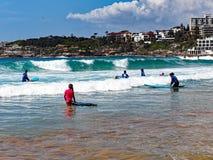 Équitation de panneau de ressac à la plage de Bondi, Sydney, Australie photographie stock libre de droits