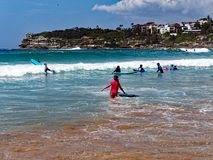 Équitation de panneau de ressac à la plage de Bondi, Sydney, Australie image stock