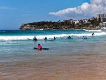 Équitation de panneau de ressac à la plage de Bondi, Sydney, Australie images libres de droits