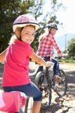 Équitation de petite fille par le pays avec la momie Photographie stock libre de droits