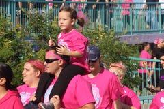 Équitation de petite fille sur la promenade de cancer des épaules du père Photo libre de droits