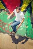 Équitation de planchiste en parc de patin image stock