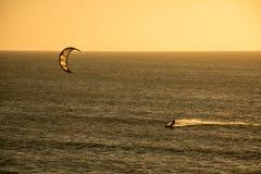 Équitation de ressac de cerf-volant de coucher du soleil Photo stock
