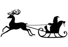 Équitation de Santa Claus de silhouette sur un traîneau de cerfs communs Image stock