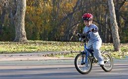 équitation de stationnement de garçon de 2 bicyclettes Image libre de droits