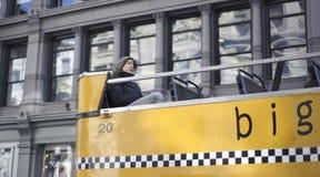 Équitation de touristes Houblon-sur et outre du bus Photographie stock libre de droits