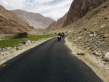 Équitation de vélo le long des montagnes images libres de droits