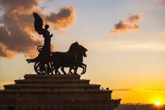 Équitation de Victoria de déesse sur le quadriga, autel de la patrie sur le coucher du soleil Image libre de droits