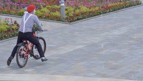 Équitation drôle de pantomime sur une bicyclette clips vidéos