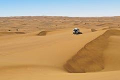 Équitation dunaire dans le désert Arabe Photo stock