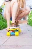 Équitation en gros plan de planchiste par la planche à roulettes extérieure Skatebord à la ville, rue Photographie stock