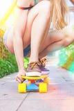 Équitation en gros plan de planchiste par la planche à roulettes extérieure Skatebord à la ville, rue Image stock